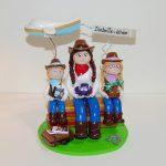 Figurine d'anniversaire 40 ans Isabelle, en tenue de cow-girl, avec avion et valise