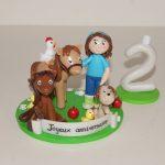 Figurine petite fille avec chevaux, chien, poule et poussin