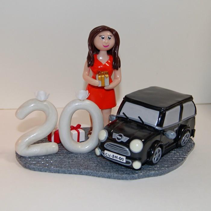 Figurine jeune femme en robe avec sa voiture Mini et chiffre 20 ans