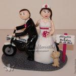 Figurines de mariage sur moto Triumph, avec leur petit chien