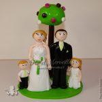 couple en tenue de mariage avec 2 enfants et 1 arbre de macarons