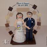 couple en tenue de mariage et arche de carrés de chocolat