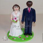 couple mixte de figurines en tenue mariage