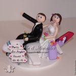 Figurines de mariage à califourchon sur un avion, direction Hawaï