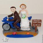 figurine de mariage à moto, au bord de la mer