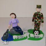 figurine pour frère et soeur jumeaux, femme soigneur et homme militaire