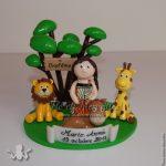 figurine baptême petite fille dans la savane, avec lion, girafe et dromadaire