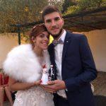Jeune couple de mariés et leur cake topper personnalisé