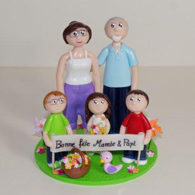 Figurine de grand-parents et leurs 3 petits enfants