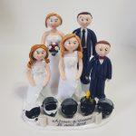 famille fan de motocross, en tenue de mariage avec casque de moto