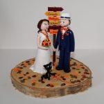 couple de mariés avec foulard scout, socle en bois brut recouvert de feuilles d'automne