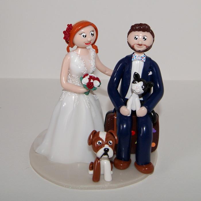 marié assis sur une valise, avec chat et bouledogue