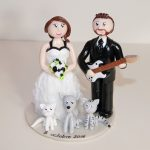 Figurines de mariage, le marié avec une guitare, chat et chien