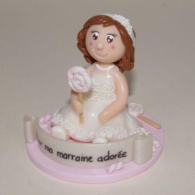 Figurine petite fille avec sucette et bonbon