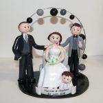 famille en tenue de mariage, sous une arche de lanternes chinoises