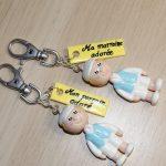 porte-cles avec mini-figurine enfant et plaque personnalisee, pour parrain et marraine