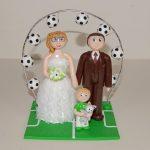 Figurines couple de mariés, avec arche de ballons de football, enfant avec le maillot de l'ASSE