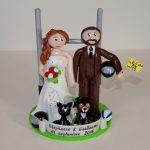 Figurines de mariés avec casque de moto, ballon de rugby, chien et chat