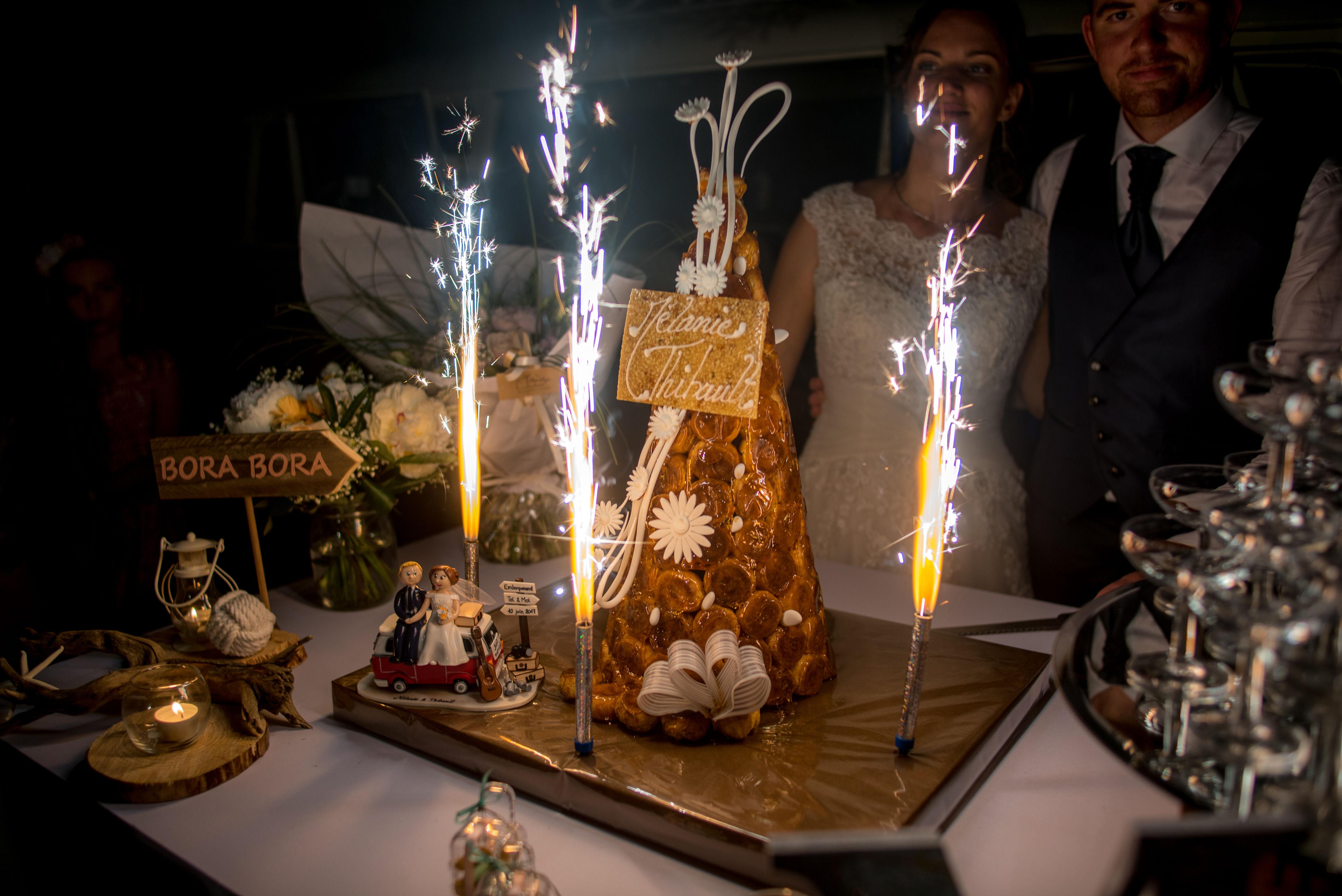 figurines mariage avec combi van WV sur pièce montée