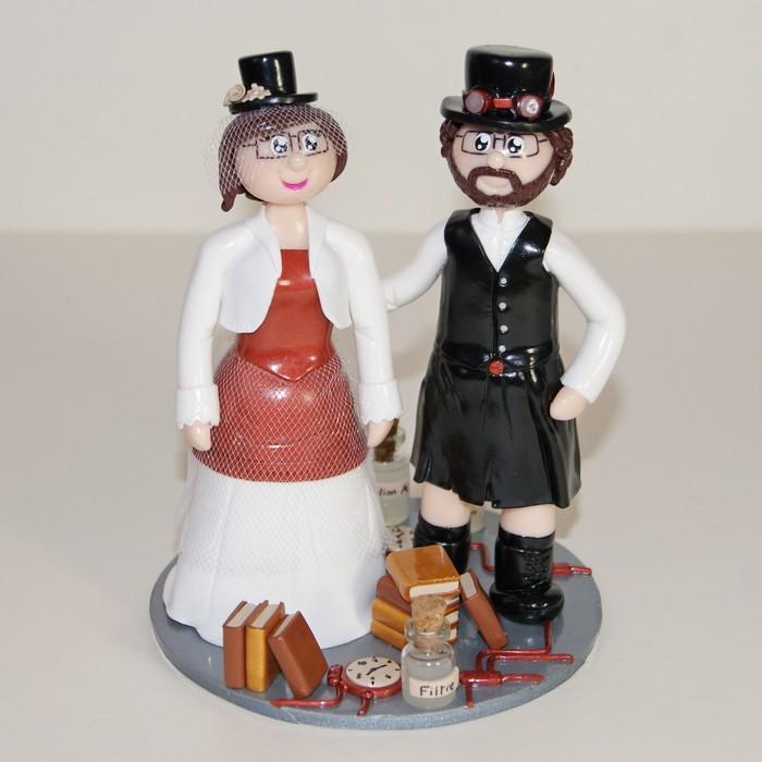 Figurines de mariage steampunk, avec marié en kilt, chapeau haut de forme, fioles et vieux livres