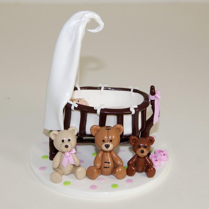 Figurine enfant dans berceau vintage, avec oursons vintage assis devant