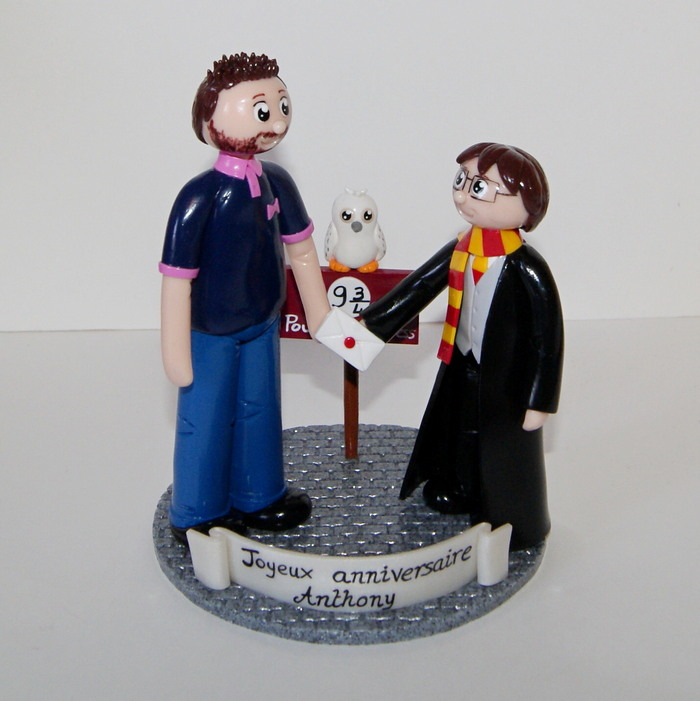Figurine Harry Potter donnant une enveloppe de Poudlard à un fan , sur quai 9 3/4, avec chouette Edwige