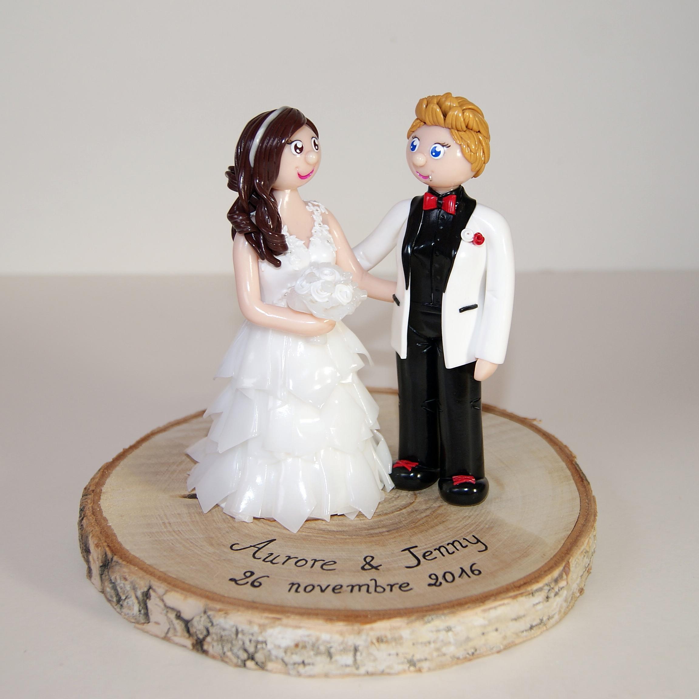 figurine de mariage, couple lesbien, sur socle en bois brut