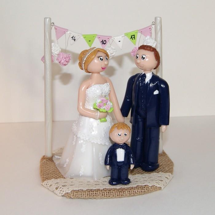 figurines mariage personnalisées, en tenue de mariage, avec un enfant, banderole de fanions, socle en toile de jute, thème bohême chic