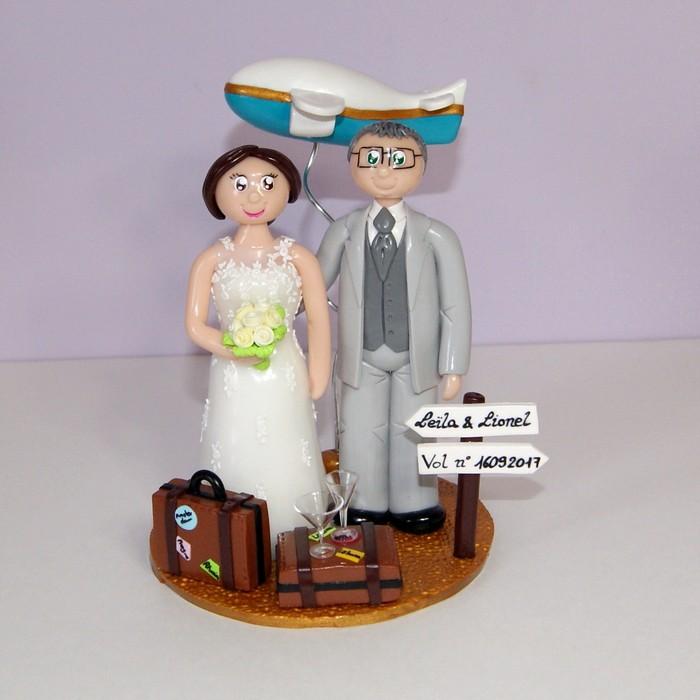 figurines mariage personnalisées, en tenue de mariage, thème voyage avec avion et valises