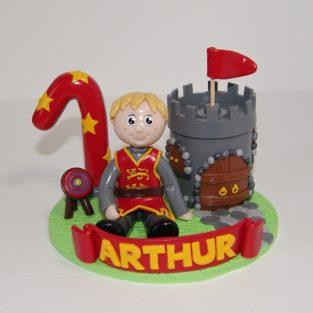 Figurine anniversaire 1 an Arthur, thème médiéval, avec enfant en tenue de chevalier et petit château