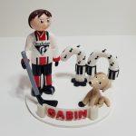 Figurine anniversaire garçon 10 ans, en tenue de hockey, avec son chien