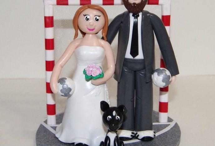 figurines de mariage personnalisées avec un clin d'oeil à leur passion pour le handball.