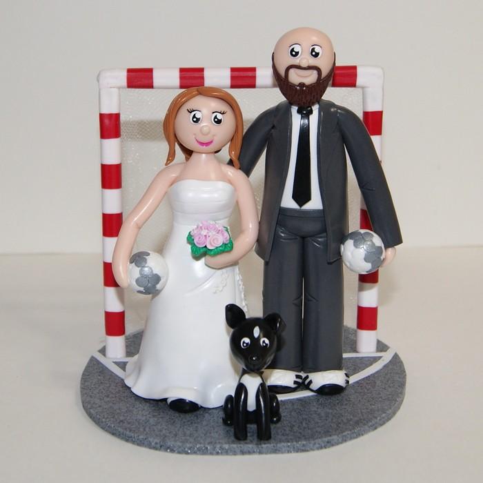 figurines de mariage, couple en tenue de mariage tenant ballon de handball